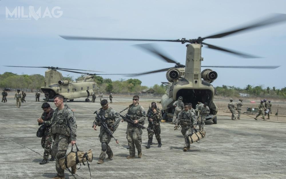 Chinooki byłyby wykorzystywane również wramach bilateralnych ćwiczeń wojskowych zsiłami amerykańskimi podkryptonimem Balikatan, które są realizowane cyklicznie od1984. Począwszy od2014, wćwiczeniu biorą udział siły zbrojne Australii / Zdjęcie: US Army
