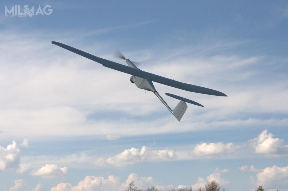 Bsp FlyEye ma 3,9 m rozpiętości skrzydeł imasę startową 11 kg, dzięki konstrukcji kompozytowej. Napędzany pojedynczym silnikiem elektrycznym rozpędza się do170 km/h, napułapie do6tys. m ima zasięg do300 km, przy przemieszczeniu stacji kontroli ikierowania. Statek może znajdować się wpowietrzu przezmaksymalnie 3godziny.