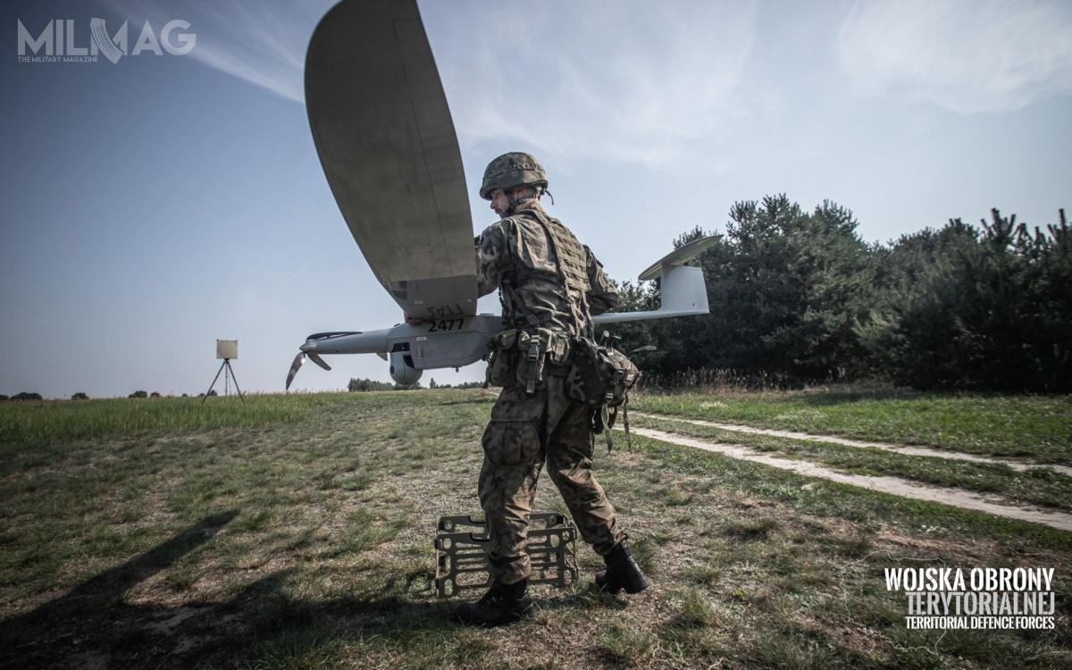 WOT wykorzystuje trzy zestawy FlyEye 3.0, dokońca 2019 roku planowane są dostawy kolejnych dziewięciu zestawów. Wojska Obrony Terytorialnej będą dysponowały napoczątku przyszłego roku 36 bezzałogowymi samolotami wyposażonymi wdzienno-nocne głowice obserwacyjne / Zdjęcia: WOT