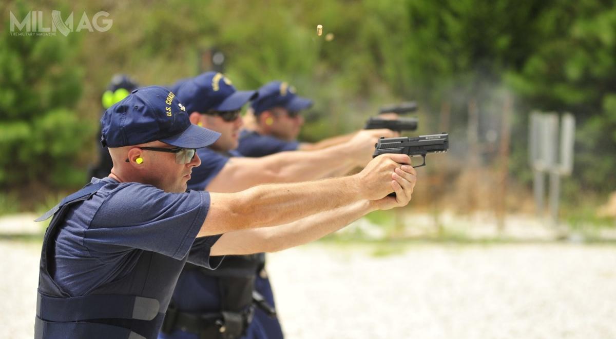 Glocki 19 zastąpią wroli podstawowej broni krótkiej używane od2006 roku pistolety SIG Sauer P229 DAK dostosowane doamunicji 10 mm x 22/.40 S&W. / Zdjęcie: Nick Ameen/USCG