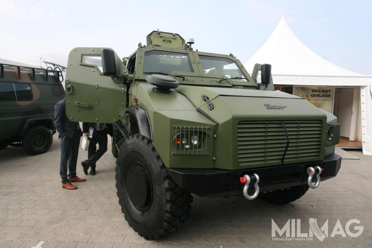 Uzbrojenie pojazdu może stanowić pojedynczy, obsługiwany ręcznie małokalibrowy karabin maszynowy lub zdalnie sterowany moduł uzbrojenia z12,7-mm wkm.