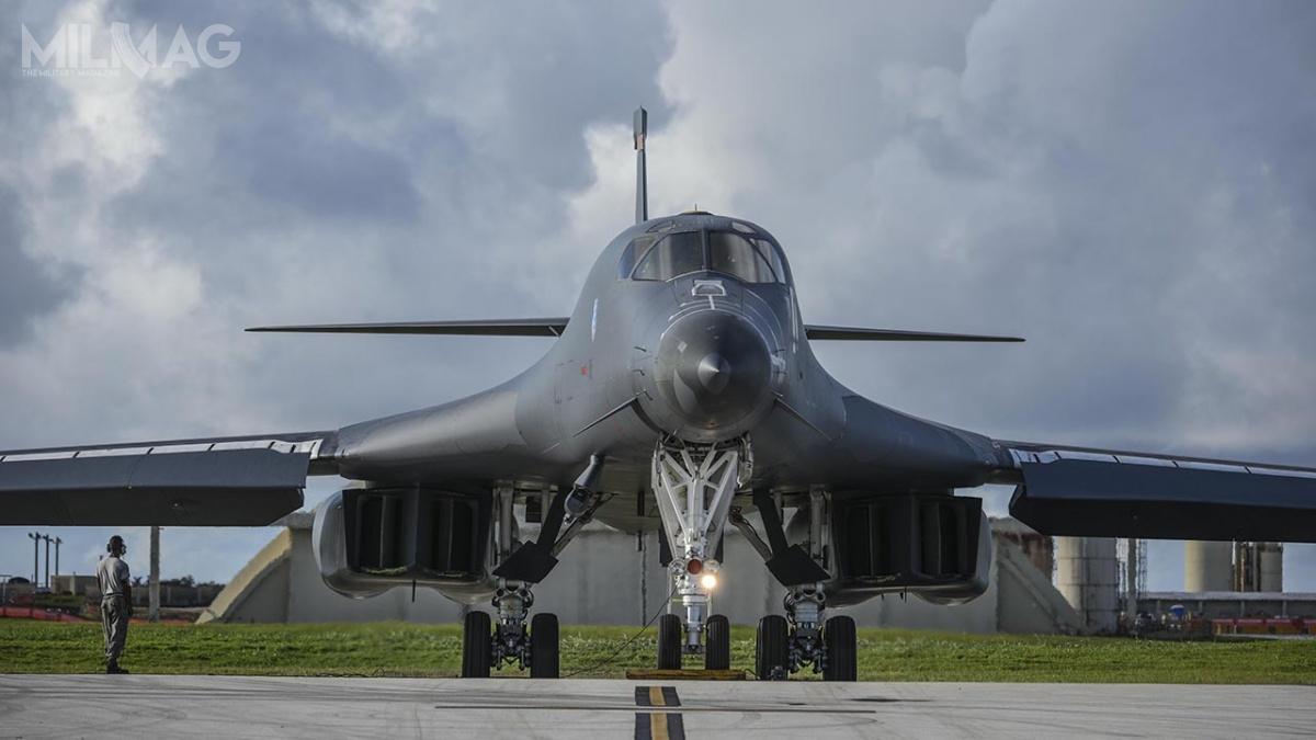 Bombowce strategiczne B-1B Lancer ozmiennej geometrii skrzydeł mają zostać wycofane do2036. Obecnie przechodzą intensywne prace konserwacyjne imodernizacyjne, przezco dostępność operacyjna jest rekordowo niska. Wciągu nieco ponad roku, flota Lancerów dwukrotnie została uziemiona zpowodu problemów zfotelami katapultowymi ACES II, opracowanymi przezspółkę United Technologies Aerospace Systems / Zdjęcie: USAF