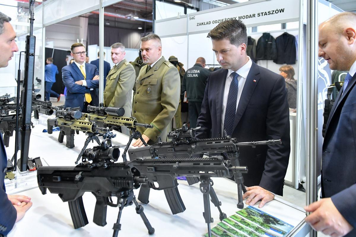 W Lublinie prezentowały się spółki m.in.zbranży obronnej. Targi odwiedziły delegacje Krajowej Administracji Skarbowej, Straży Granicznej isłużb mundurowych. Prowadzone były indywidualne rozmowy przedstawicieli służb mundurowych zwystawcami orazzaproszonymi gośćmi