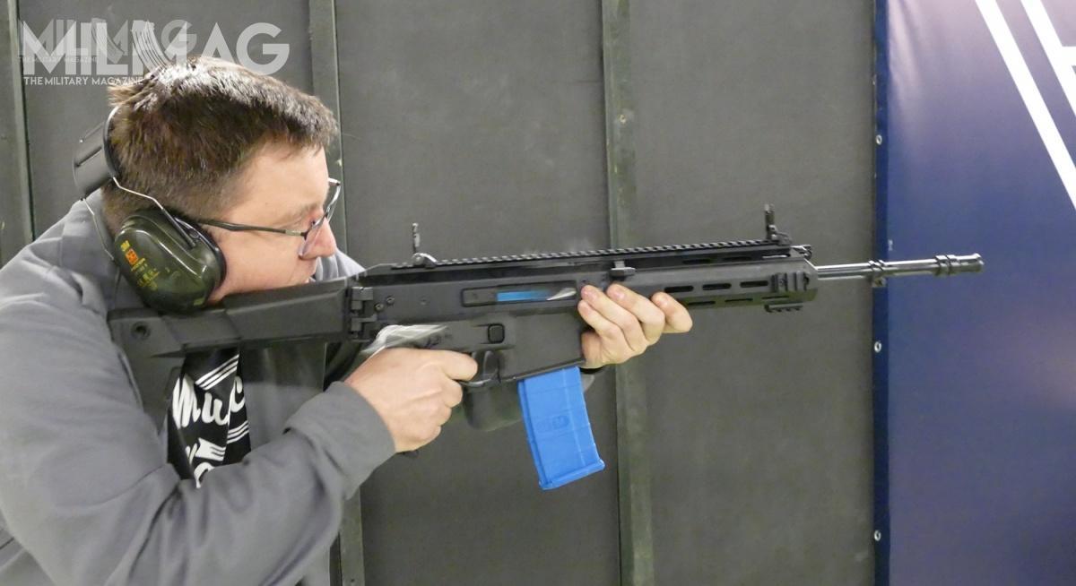 Z karabinka dostosowanego dostrzelania amunicją barwiącą można prowadzić ogień zarówno pojedynczy, jak iciągły. Nazdjęciu broń wrękach jednego zkonstruktorów Fabryki Broni