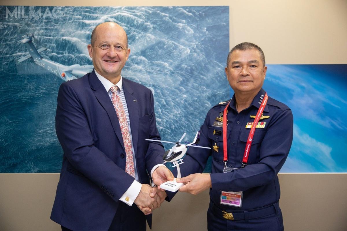Umowę podpisali Fabrice Rochereau, dyrektor Airbus Helicopters ds.sprzedaży wregionie Azji iPacyfiku, awimieniu tajlandzkiego resortu obrony – dowódca RTAF, marszałek lotnictwa Manat Wongwat / Zdjęcie: Airbus Helicopters