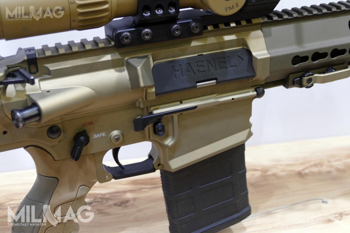 Manipulatory umożliwiające obustronną obsługę, zwraca uwagę innowacyjna dźwignia zatrzasku suwadła. Broń wyposażono włoże zinnowacyjnym systemem demontażu ituleję-prowadnicę kolby, przeznaczoną domontażu dowolnej kolby AR-15 standardu MIL-SPEC