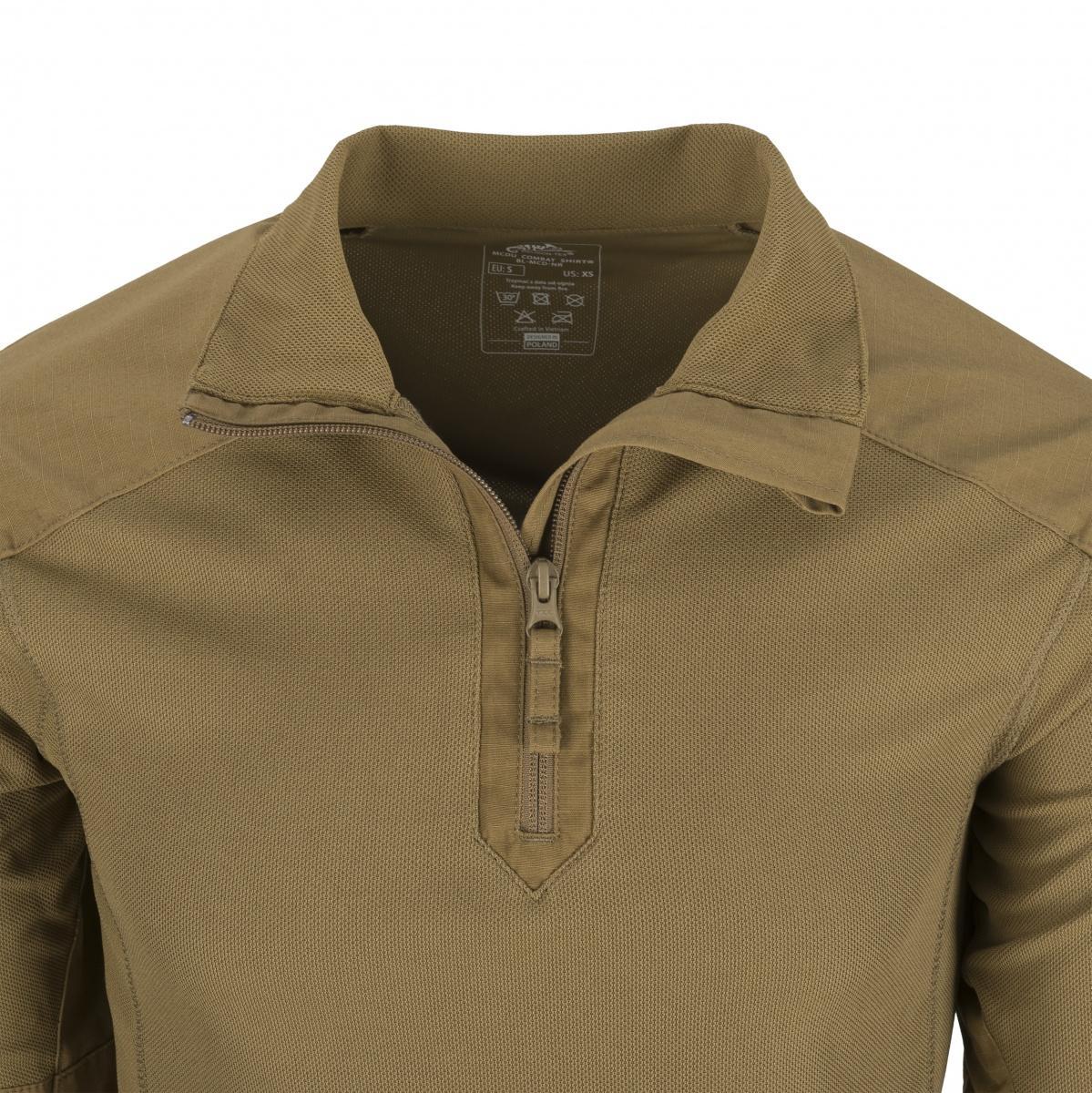 Combat Shirt MCDU zakłada się przezgłowę. Krótki zamek błyskawiczny niemoże się wrzynać podnaciskiem kamizelki /Zdjęcie: Helikon-Tex