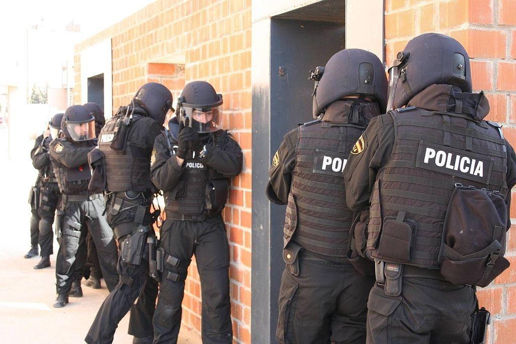 Funkcjonariusze hiszpańskiej policji whełmach Ceturion 05 zdługimi wizjerami / Zdjęcie: MON Hiszpanii