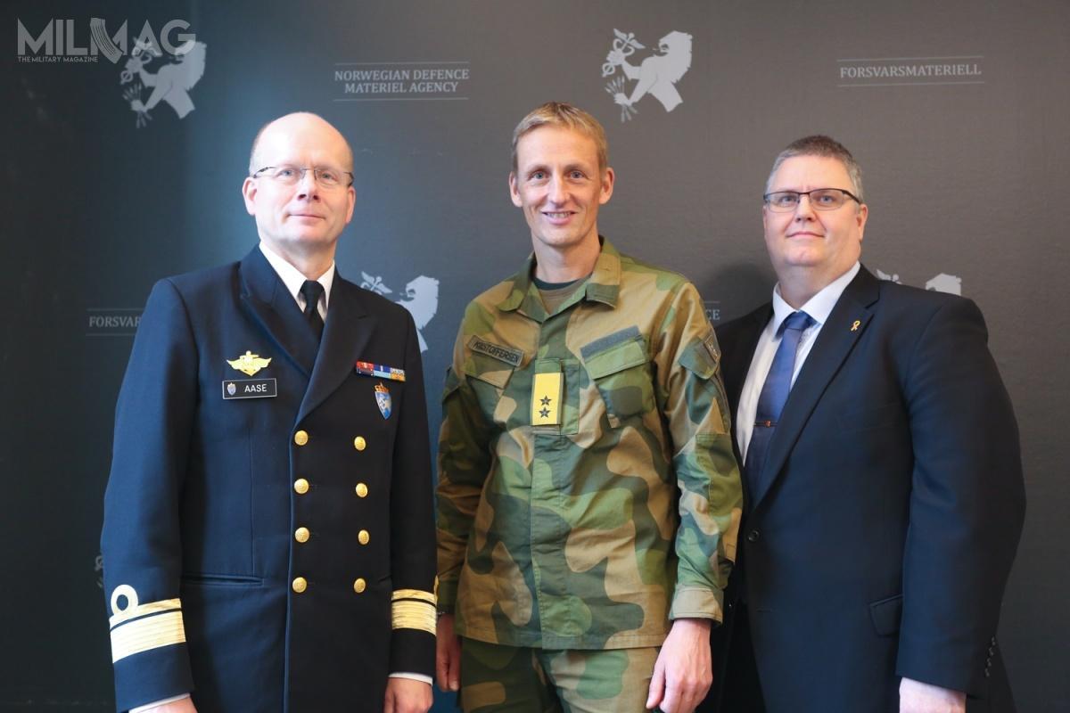 W podpisaniu umowy wzięli udział admirał Bjørge Aase zagencji FMA, dowódca wojsk lądowych generał dywizji Eirik Kristoffersen orazdyrektor ds.zintegrowanych systemów obrony wKongsberg Defense & Aerospace Kjetil Reiten Myhra / Grafika izdjęcie: Kongsberg Defence & Aerospace
