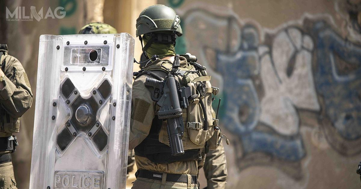Do działań związanych ztłumieniem zamieszek, IWI oferuje m.in.mundury chroniące przedpchnięciem nożem, kamizelki przeciwporażeniowe ikuloodporne, hełmy czytarcze policyjne