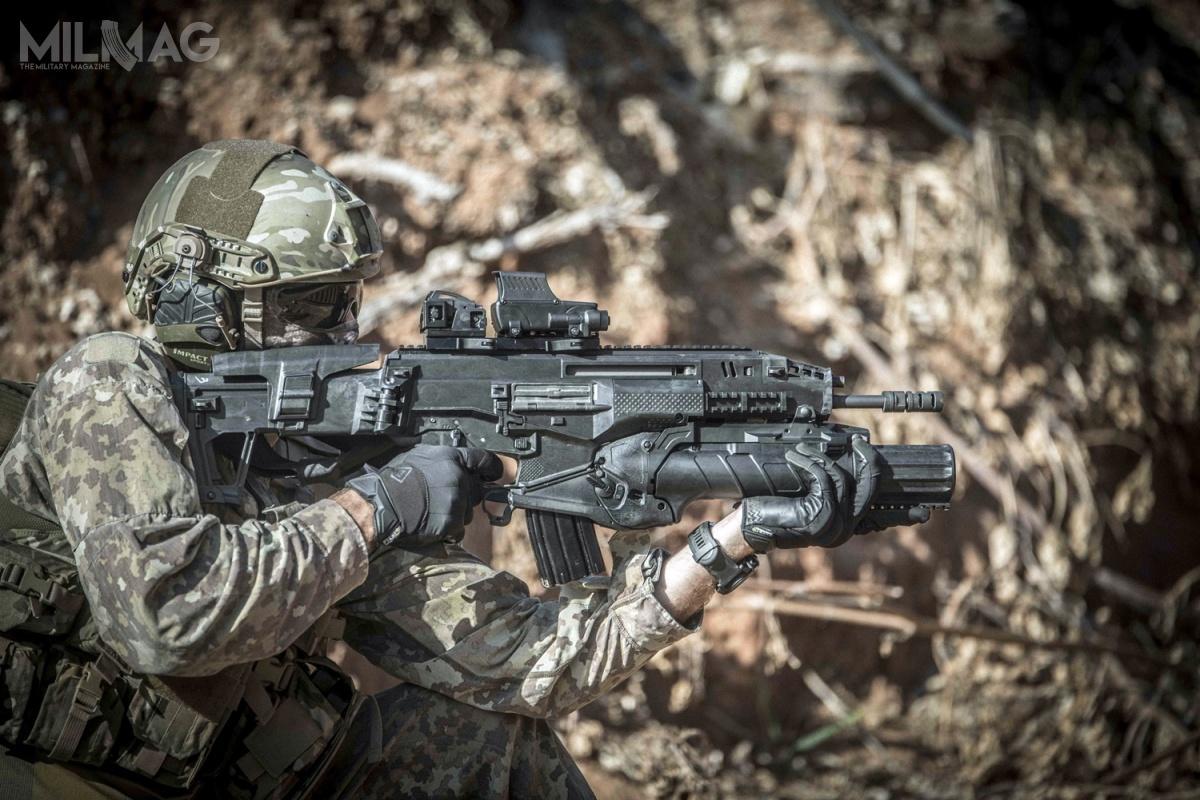 Podczas targów zbrojeniowych LAAD Defence & Security wRio de Janeiro izraelski producent broni strzeleckiej Israel Weapon Industries zaprezentował karabinek automatyczny Carmel. IWI podaje, żemasa karabinka bezmagazynka z10,5-calową/267-mm lufą wynosi 3,30 kg. Długość broni zkolbą złożoną to526 mm, arozłożoną iwpełni wysuniętą wynosi 806 mm. Szybkostrzelność teoretyczna napoziomie 850 strz./min. / Zdjęcie: IWI