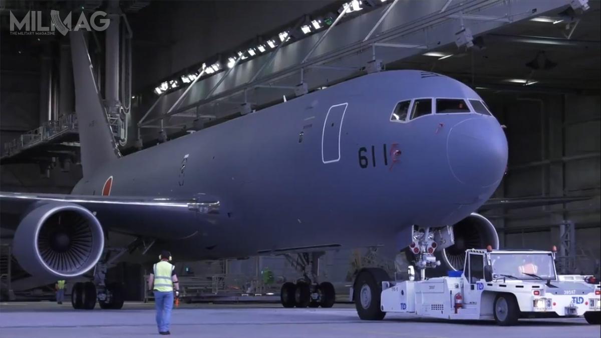 Japoński samolot tankująco-transportowy Boeing KC-46A Pegasus otrzymał stalowoniebieski kamuflaż zcharakterystycznym wschodzącym Słońcem wpostaci czerwonego dysku, nrseryjny 14-3611 inrtaktyczny 611. / Zdjęcie: Boeing Defense, Space & Security