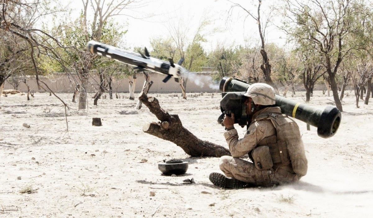 FGM-148 Javelin jest toręczny przeciwpancerny pocisk kierowany typu wystrzel izapomnij (fire-and-forget) zzaawansowaną głowicą działającą wpodczerwieni. Jest uzbrojony wtandemową głowicę kumulacyjną (HEAT) omasie 8,4 kg. Całość, zwyrzutnią ATK ma masę 22,3 kg, azasięg skuteczny wariantu FGM-148F to4750 metrów. Głowica jest zdolna penetrować pancerz orównoważniku grubości jednorodnej stali pancernej 600-800 mm RHA / Zdjęcie: US Army