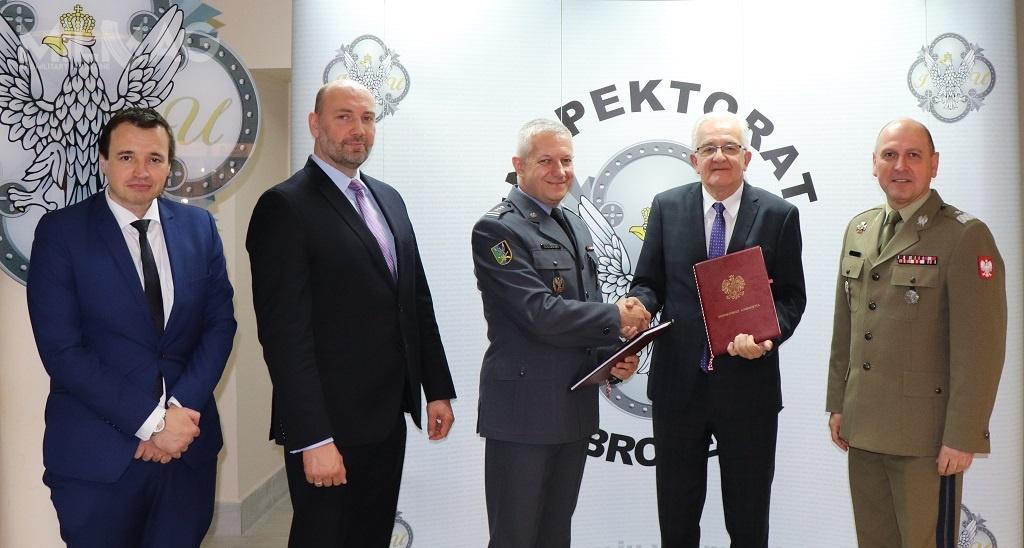Obie umowy podpisali przedstawiciele Skarbu Państwa – Inspektoratu Uzbrojenia orazspółki Jelcz wsiedzibie IU MON wWarszawie./ Zdjęcie: Krzysztof Płatek, IU MON