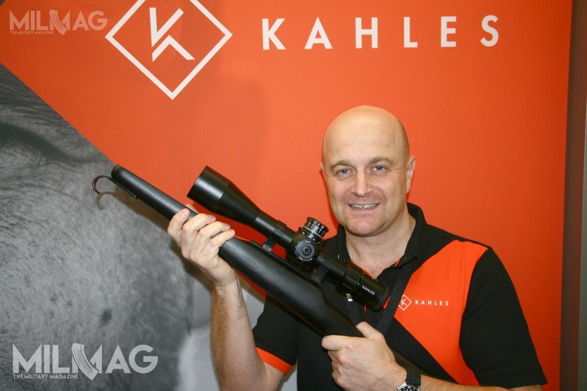 Przedstawiciel Kahlesa, któryprezentował podczas targów EnforceTac celownik K525i 5-25x56 podkreślał, iż jest tokonstrukcja przeznaczona dla doświadczonych użytkowników. Strzelec dzięki parametrom optyki uzyskuje większą świadomość sytuacyjną. Bębny korekcyjne dostosowano doużytkowników prawo- ileworęcznych /Zdjęcie: Jakub Link-Lenczowski