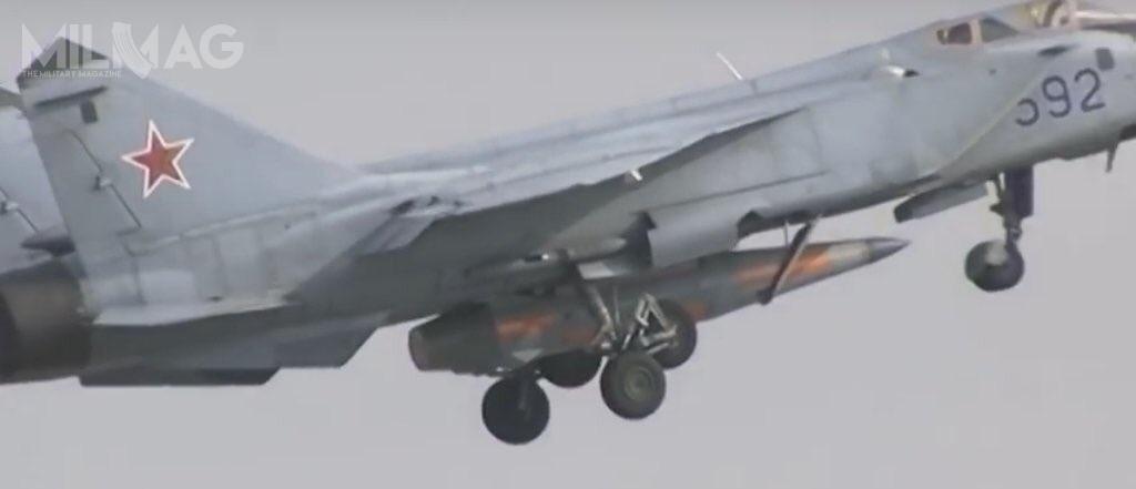 Nagranie wideo ukazuje znaczne rozmiary hipersonicznego pocisku rakietowego Ch-47M2 Kindżał wporównaniu zjego nosicielem, ciężkim myśliwcem przechwytującym MiG-31B