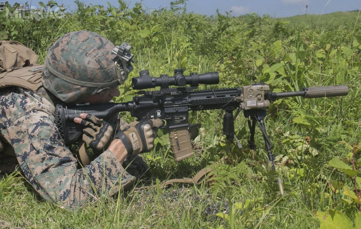 Karabinek maszynowy M27 IAR pozamocowaniu celownika optycznego Leupold Mark 4M3 2,5-8x36 MR/T itłumika dźwięku KAC NT4 QDSS występuje wUSMC wroli broni wyborowej M38 Squad Designated Marksman Rifle (SDMR) / Zdjęcie: Kealii De Los Santos/USMC
