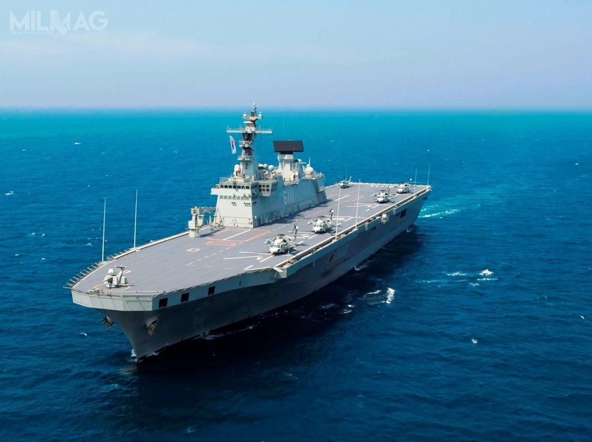 Marynarka Wojenna Republiki Korei będzie dysponować wnajbliższym czasie dwoma okrętami desantowymi typu Dokdo owyporności do18,8 tys. t. Wplanach jest budowa nowej jednostki LPH-II, którabędzie wypierać ok. 30 tys. t. Koncepcja budowy  lotniskowców  ma związek znarastającymi zagrożeniami zestrony sąsiadów, przede wszystkim Korei Północnej iChin / Zdjęcie: US Navy