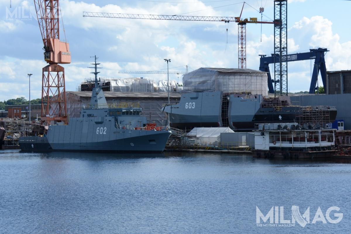 Oba seryjne niszczyciele projektu 258 – zwodowany Albatros orazprzyszła Mewa nanabrzeżu stoczniowym, jeszcze przedprocedurą połączenia sekcji kadłuba