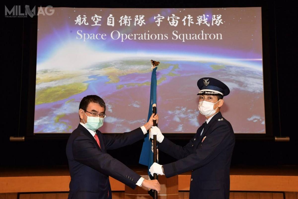 Po uroczystej inauguracji, minister obrony Japonii Tarō Kōno przekazał dowódcy Eskadry Operacji Kosmicznych sztandar jednostki / Zdjęcie: Ministerstwo Obrony Japonii