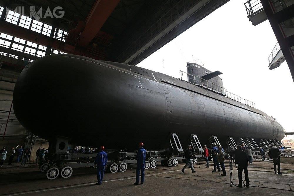 Okręty podwodne proj. 677 Łada są pierwszymi wRosji, wyposażonymi whybrydowy napęd niezależny odpowietrza (AIP).