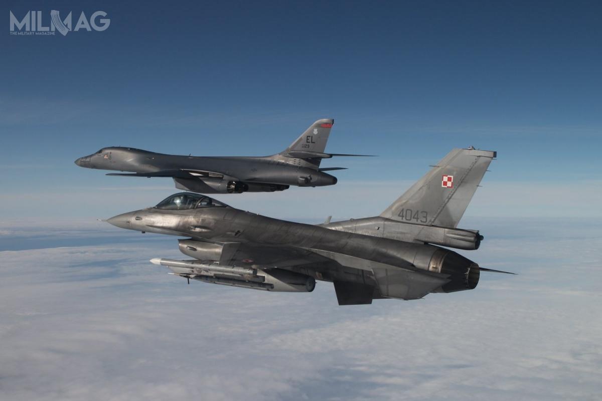 Amerykański bombowiec strategiczny Rockwell B-1B Lancer był eskortowany przezdwie pary  wielozadaniowych F-16C Block 52+