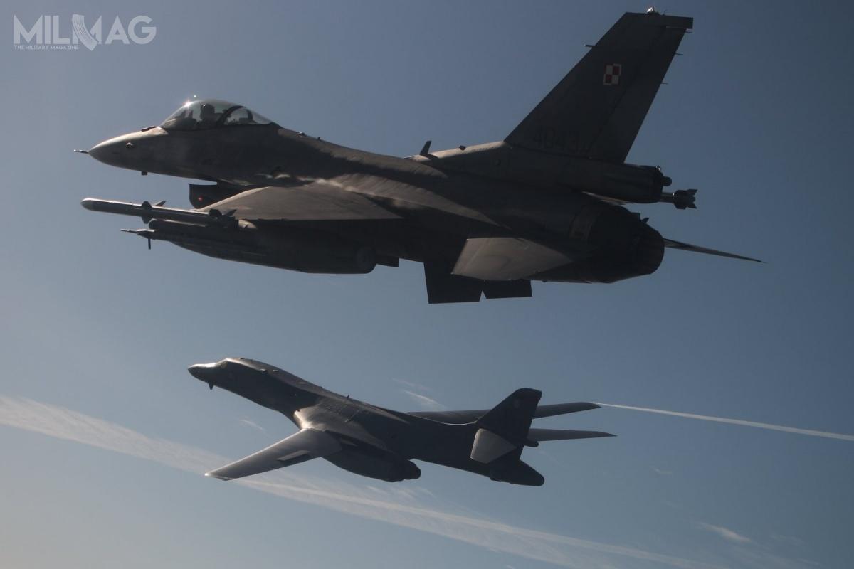 W rejonie Warszawy doeskorty bombowca dołączyły dwa myśliwce MiG-29A z23. Bazy Lotnictwa taktycznego wMińsku Mazowieckim / Zdjęcia: Dowództwo Operacyjne Rodzajów Sił Zbrojnych (DORSZ)