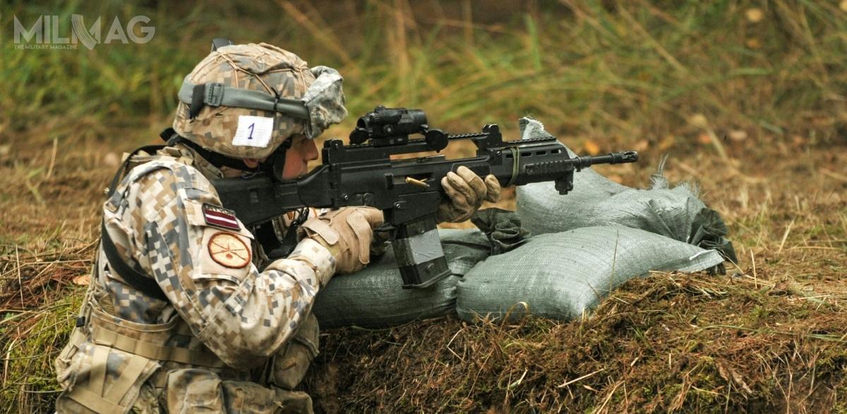 Niemieckie 5,56-mm karabinki H&K G36V wkilku odmianach są obecnie podstawowym uzbrojeniem łotewskich sił zbrojnych isukcesywnie wypierają szwedzkie 7,62-mm karabiny automatyczne Ak 4/Zdjęcie: US Army