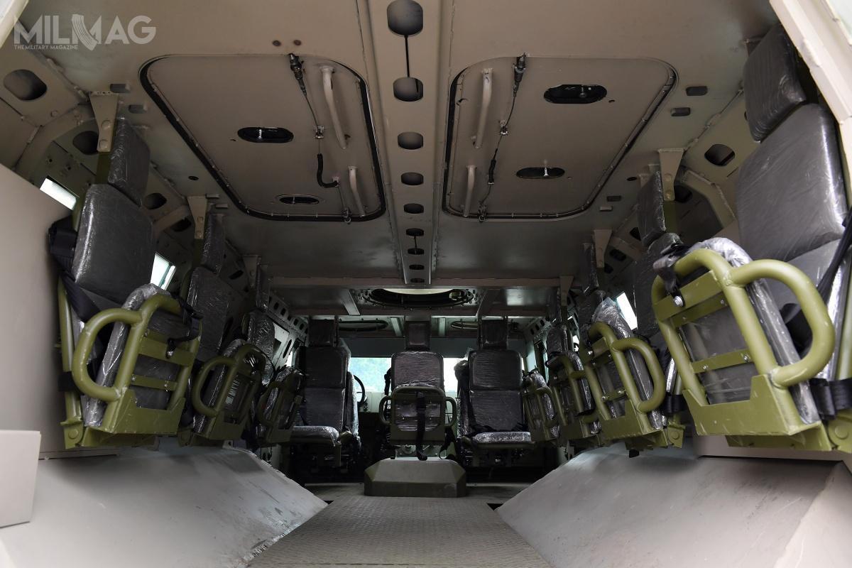 Pojazd jest zdolny dotransportu łącznie dwunastu żołnierzy, zczego trzech stanowi załoga / Zdjęcia: Ministerstwo obrony Serbii