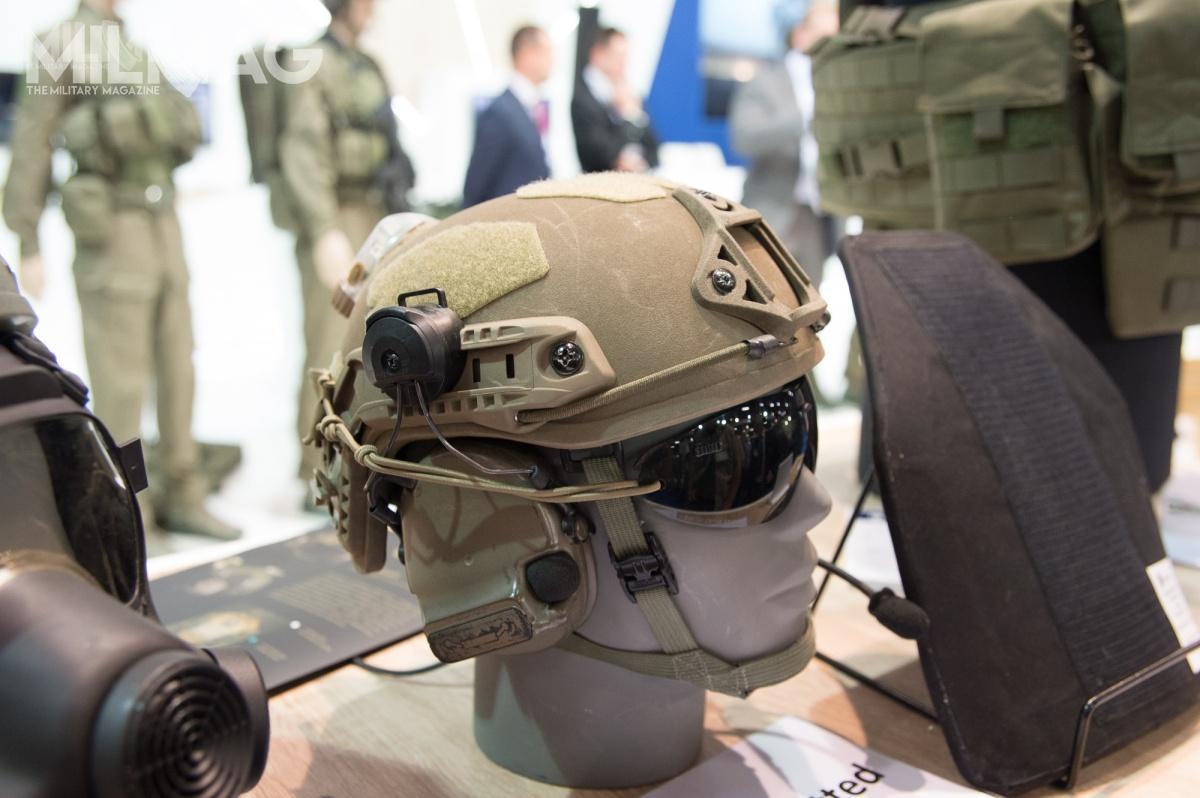 Zmieniony hełm HP-05 tokolejne podejście Maskpolu dowykonania czerepu zpolietylenu pomodelu pokazanym w2017 iw2018 naBalt Military Expo.