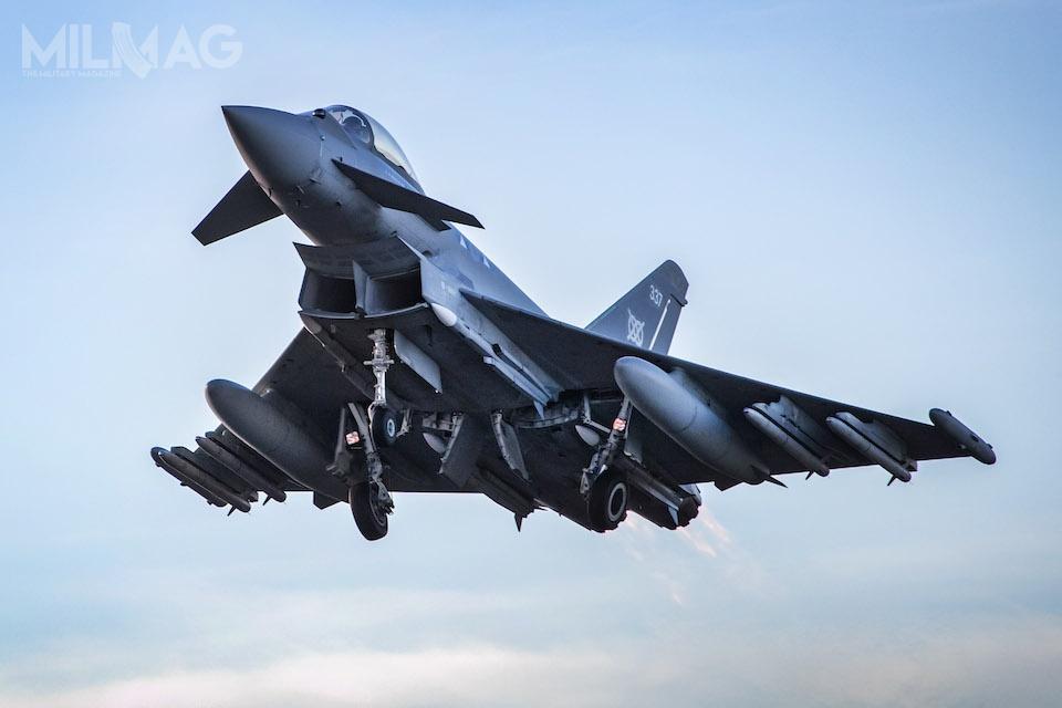 Poderwanie pary dyżurnej brytyjskich myśliwców wielozadaniowych Eurofighter Typhoon zbazy lotniczej RAF Lossiemouth było pierwszym lotem operacyjnym zpociskami rakietowymi powietrze-powietrze dalekiego zasięgu Meteor. / Zdjęcie: Ministerstwo Obrony Wielkiej Brytanii.
