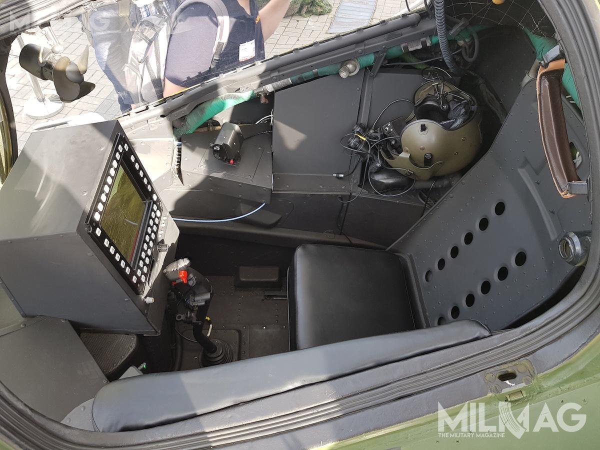 Przednia kabina zzabudowanym ekranem wielofunkcyjnym iprzebudowanym drążkiem sterowniczym