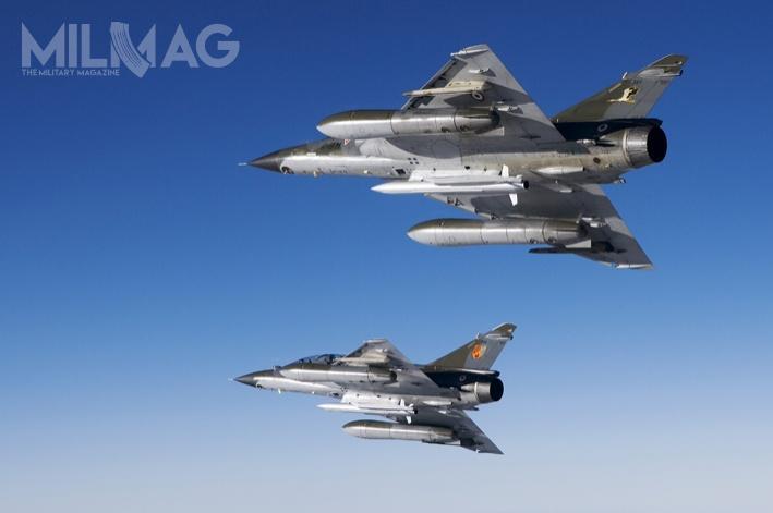 Obok wielozadaniowych myśliwców Dassault Rafale B, Mirage 2000N pozostawały jedynymi wefrancuskich wojskach lotniczych nosicielami broni nuklearnej. Wcześniej, w2015 wycofano wszystkie Super Étendard lotnictwa marynarki wojennej, również przystosowane dotejroli.