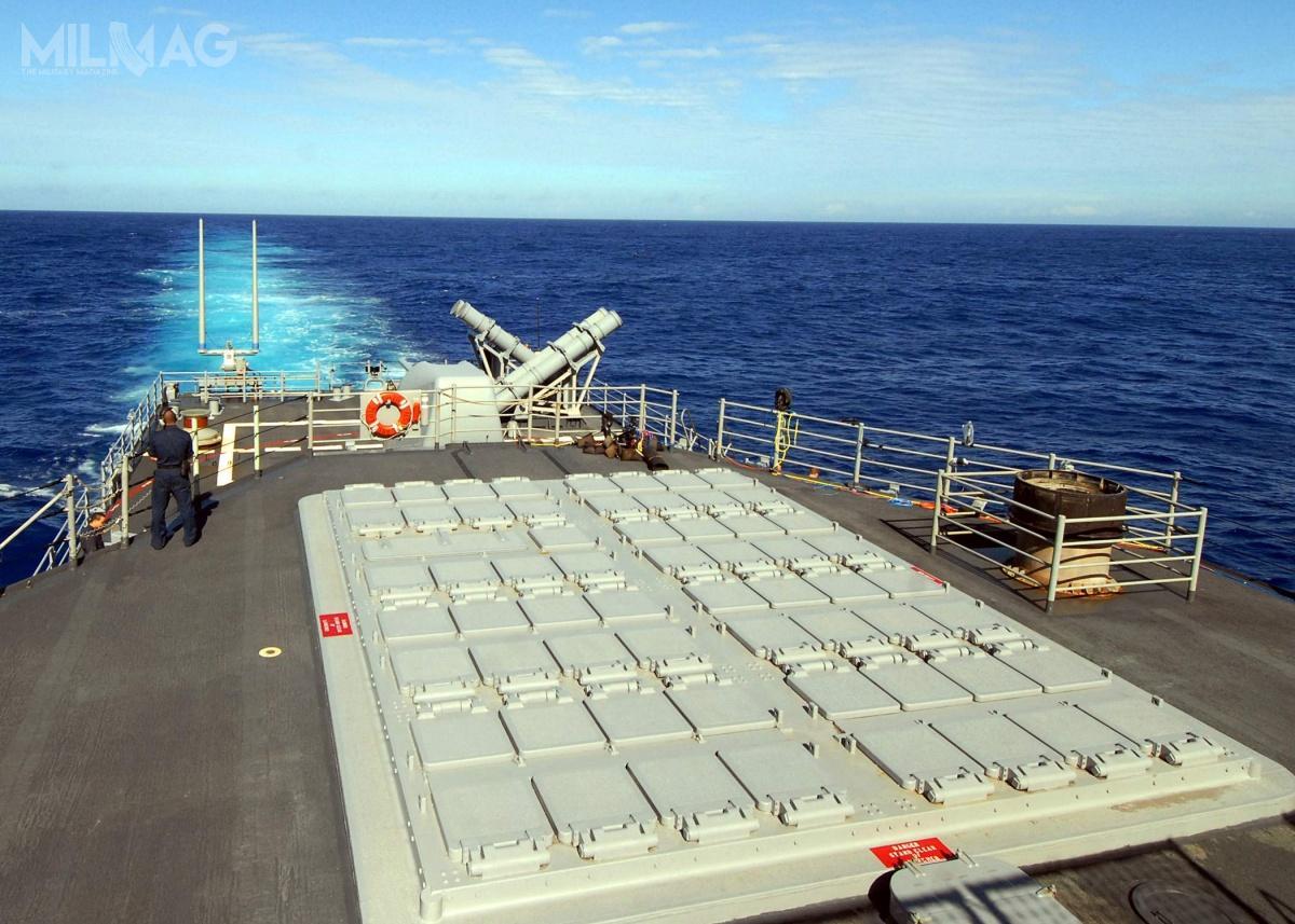 Uniwersalne pionowe wyrzutnie rakiet Mark 41 VLS są dostosowane dostrzelania pociskami manewrującymi zrodziny Tomahawk, przeciwlotniczych iprzeciwrakietowych rodziny Standard Missile iprzeciwlotniczych RIM-162 ESSM. Każda wyrzutnia ma osiem stanowisk startowych imogą być zgrupowane poosiem napokładzie, alewprzypadku ESSM wjednym stanowisku mieszczą się cztery pociski / Zdjęcie: US Navy