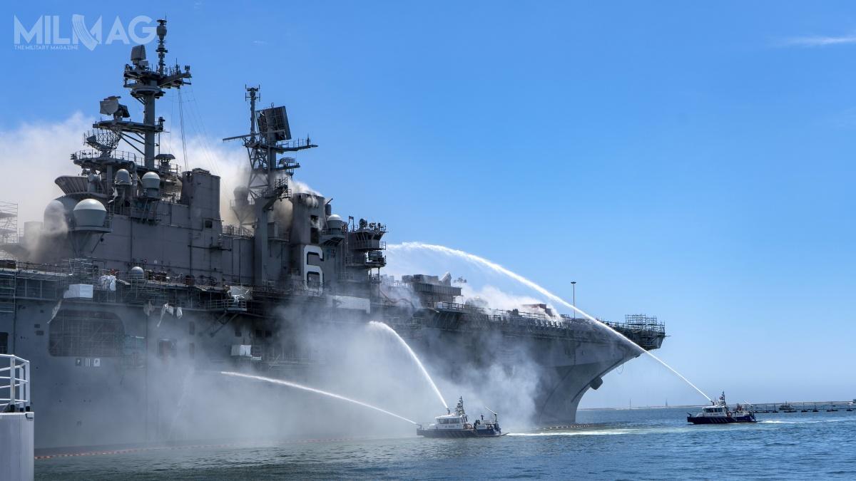 W amerykańskiej bazie morskiej wSan Diego trwa walka zpożarem, jaki wybuchł napokładzie śmigłowcowca desantowego USS Bonhomme Richard / Zdjęcia: Mass Communication Specialist 3rd Class Christina Ross, US Navy