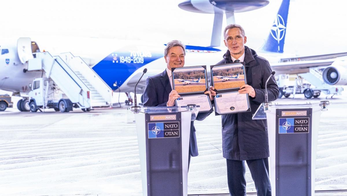 Umowę sygnowali sekretarz generalny NATO Jens Stoltenberg iprezes spółki Boeing International, Sir Michael Artur