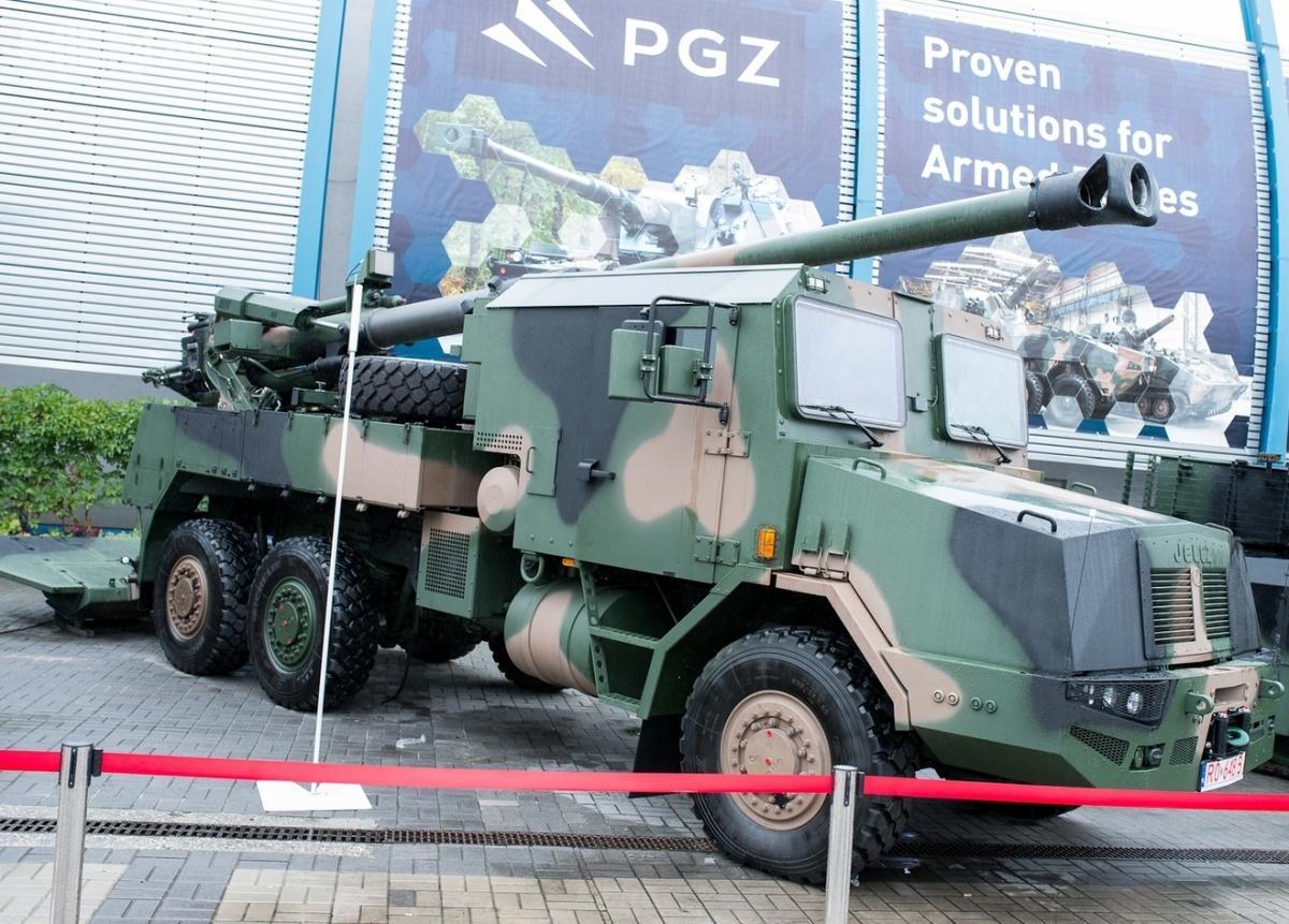 Według wiceszefa MON, Wojciecha Skurkiewicza, prace nadprojektem 155-mm kołowych samobieżnych armatohaubic Kryl powinny zakończyć się w2022 / Zdjęcie: HSW