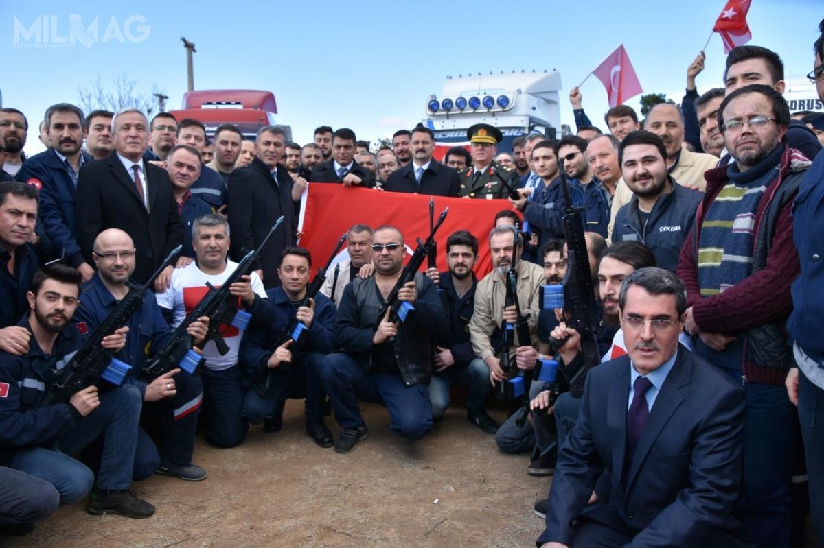 W czynie społecznym mającym wspomóc żołnierzy tureckich uczestniczących woperacji wSyrii pracownicy państwowych zakładów MKEK wKirikkale przyśpieszyli dostawę karabinów MPT-76 dla wojsk lądowych / Zdjęcia: MKEK