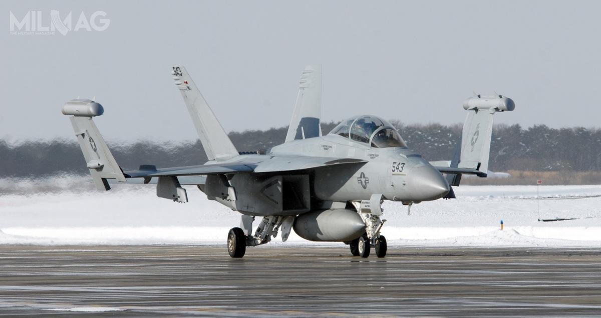 Zasobniki walki radioelektronicznej AN/ALQ-218 TJR są przenoszone nakońcówkach skrzydeł samolotów Boeing EA-18G Growler / Zdjęcia: US Navy