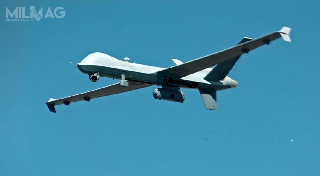 Amerykańska spółka General Atomics Aeronautical Systems, wkooperacji zsiłami zbrojnymi USA iinnymi przedsiębiorstwami obronnymi, przeprowadziła próby wlocie bojowego bezzałogowca MQ-9A Reaper Block 5znowo opracowanym zasobnikiem dosamoobrony SPP (Self-Protection Pod) / Zdjęcie: GA-ASI
