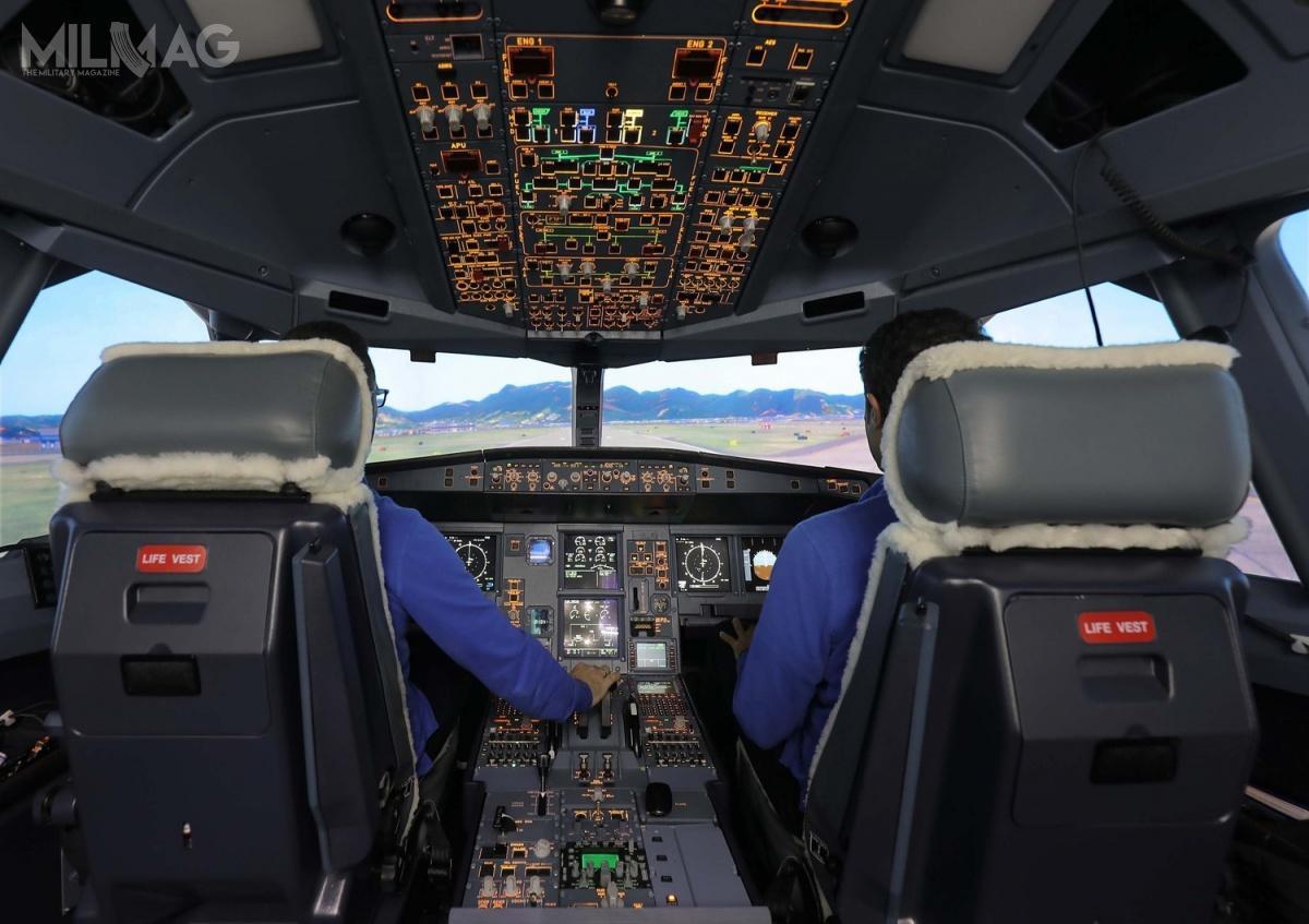 Symulator FFS wiernie odwzorowuje kabinę pilotów A330 MRTT wraz zewszystkimi przyrządami pokładowymi isensorami.