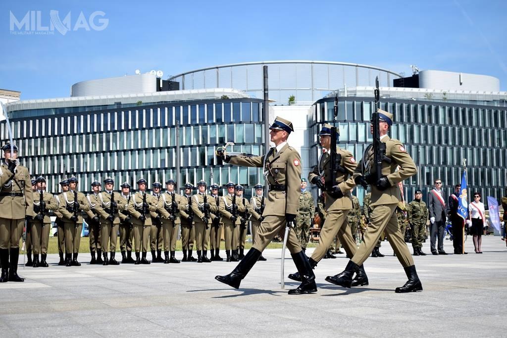 Inspektorat Uzbrojenia podpisał drugą umowę nadostawy 5,56-mm karabinków reprezentacyjnych dla pododdziałów Batalionu Reprezentacyjnego Wojska Polskiego. Pojej zakończeniu liczba MSBS-5,56R wWojsku Polskim sięgnie 640 / Zdjęcie: BRWP