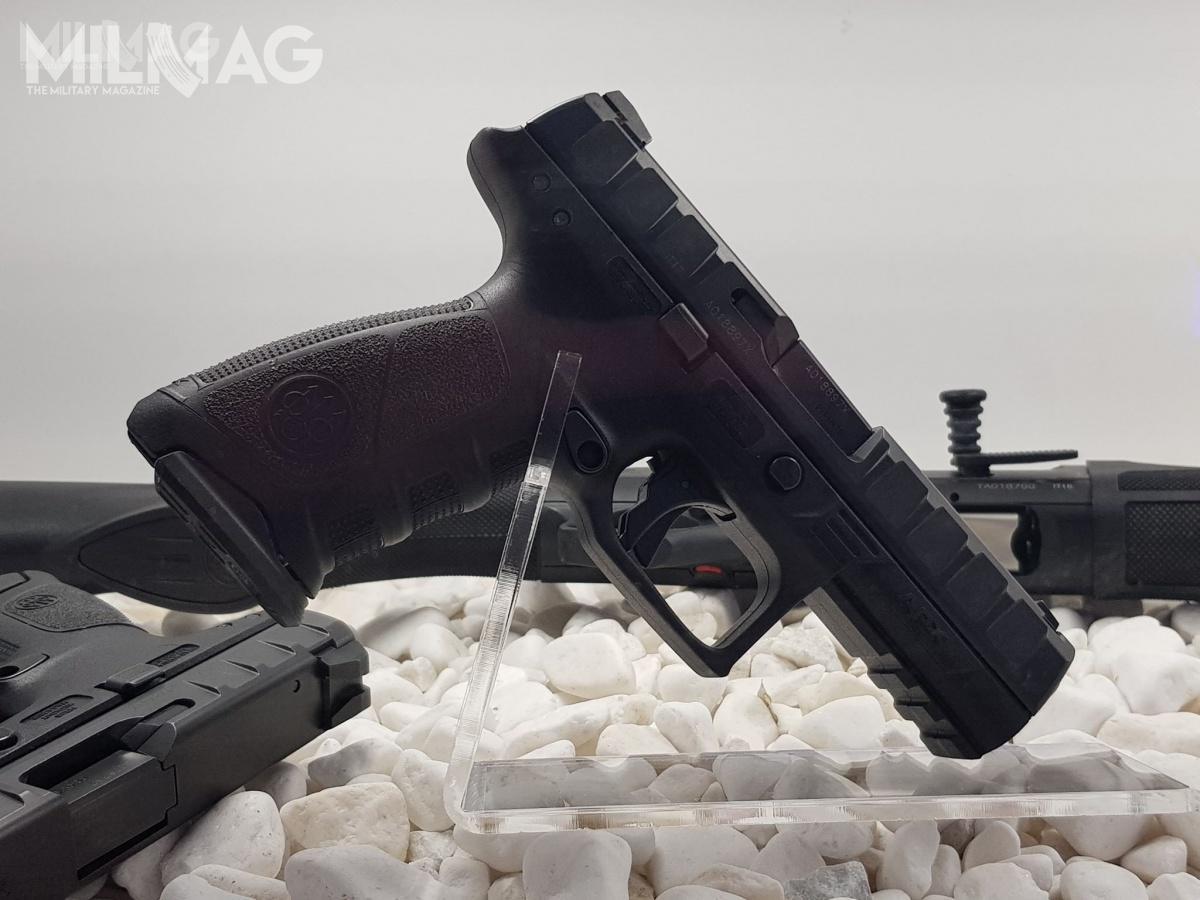 Jednym zelementów oferty UMO są konstrukcje strzeleckie marki Beretta, wtym pistolety linii APX ikarabinki ARX160.