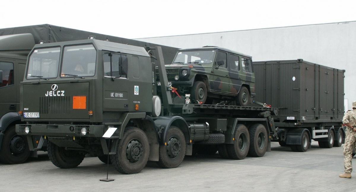 Inspektorat Uzbrojenia negocjuje zespółką Cargotec Poland dostawy kolejnych zestawów samozaładowczych Multilift MK IV używanych doprzewozu kontenerów nasamochodzie ciężarowym Jelcz P862D.43 iprzyczepie PK 2-24-t / Zdjęcie: Pibwl