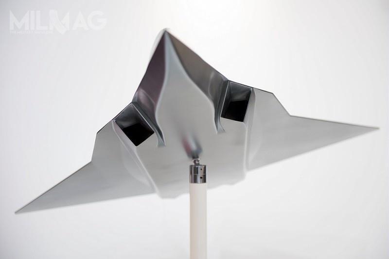 Wloty powietrza oczworokątnych przekroju, podobne są dotych zastosowanych wF-22A Raptor.