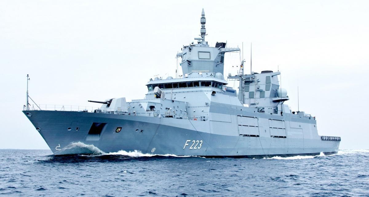 Pierwsza fregata rakietowa typu F125 weszła dosłużby wczerwcu 2019, zniemal dwuletnim opóźnieniem. Jeszcze wbieżącym roku nastąpi przekazanie trzeciej, aw2021 – czwartej jednostki tego typu. Okręty zostały zamówione wczerwcu 2007 wramach umowy owartości 2,6 mld EUR (11,1 mld zł) / Zdjęcie: TKMS