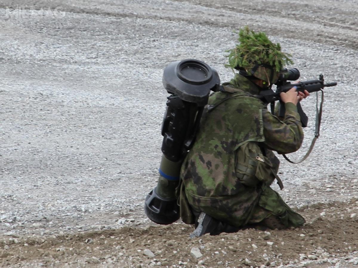 Porównanie wielkości NLAW naprzykładzie fińskiego żołnierza / Zdjęcie: MKFI