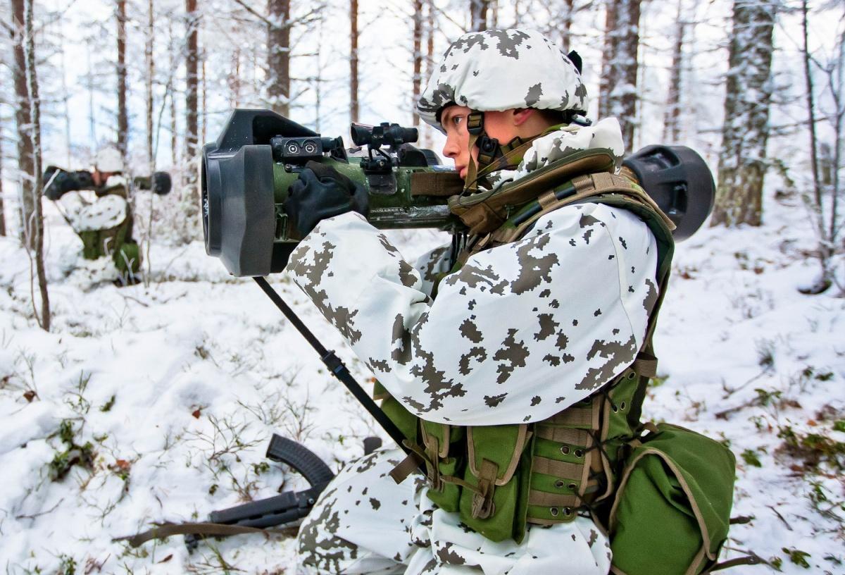 Finlandia zamówiła pierwsze NLAW wgrudniu 2007. System został wprowadzony douzbrojenia podnazwą 102 RSLPSTOHJ NLAW (102 Raskas Lähipanssarintorjuntaohjus NLAW). Przy strzelaniu wnocy kompletowany jest znoktowizorem Patria VV3X / Zdjęcie: Fińskie siły zbrojne