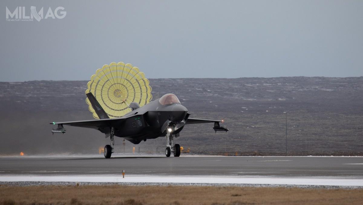 Co ciekawe, Norweskie F-35A jako jedyne obecnie zewszystkich samolotów tego typu wykorzystują system wspomagania lądowania, składający się zespadochronu hamującego wspecjalnej owiewce wtylnej części kadłuba. Rozwiązanie tozostało opracowane nażyczenie Norwegów. Drugim państwem, któregosamoloty otrzymają taki system, będzie Polska. Podskrzydłami widoczne są dwa pociski rakietowe krótkiego zasięgu AIM-9X Sidewinder