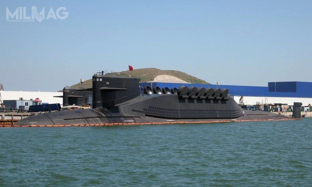Chińska marynarka wojenna dysponuje okrętem podwodnym typu 092/09-II (NATO: Xia), wyposażonym w12 pocisków balistycznych JL-1A (CSS-N-3) ozasięgu 2,5 tys. km. Jednak podstawowym środkiem odstraszania są cztery nowsze jednostki typu 094/09-IV (Jin) przenoszące 12 JL-2 (CSS-NX-14) zzasięgu 7400-8000 km. W2016 pojawiły się informacje ochińskich planach rozpoczęcia poraz pierwszy patroli bojowych tejklasy jednostek / Zdjęcie: United States Naval Institute News Blog
